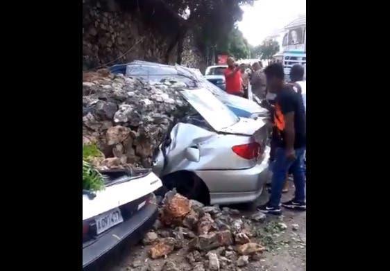 Video: Derrumbe de muro en Villa Duarte dejó vehículos casi convertidos  en chatarra