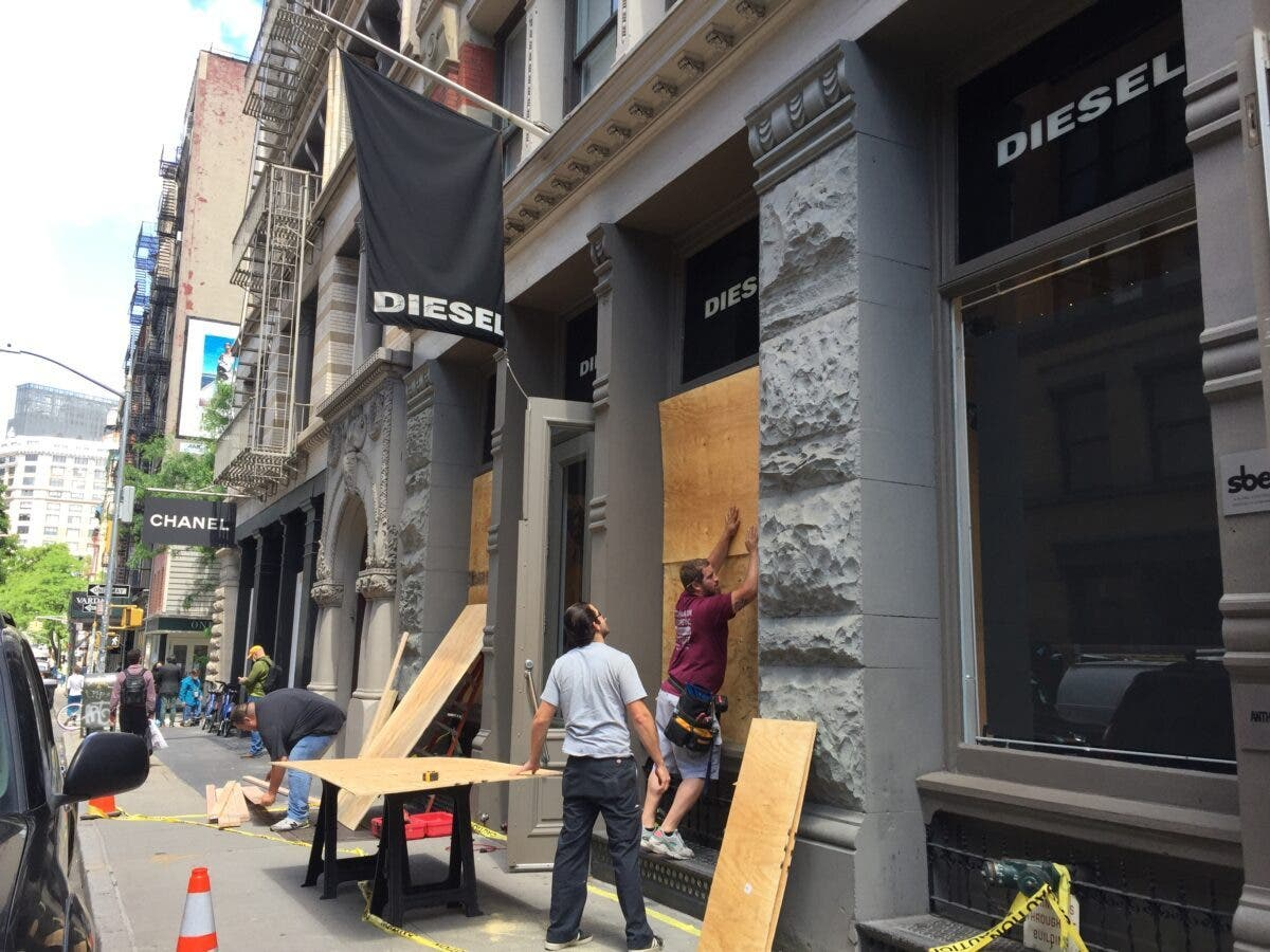 Comerciantes NYC cubren con gruesos tablones sus negocios por temor a disturbios electorales