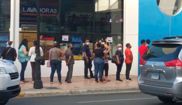 Pese a crisis por Covid, comercio se reactiva en Santiago por el Viernes Negro