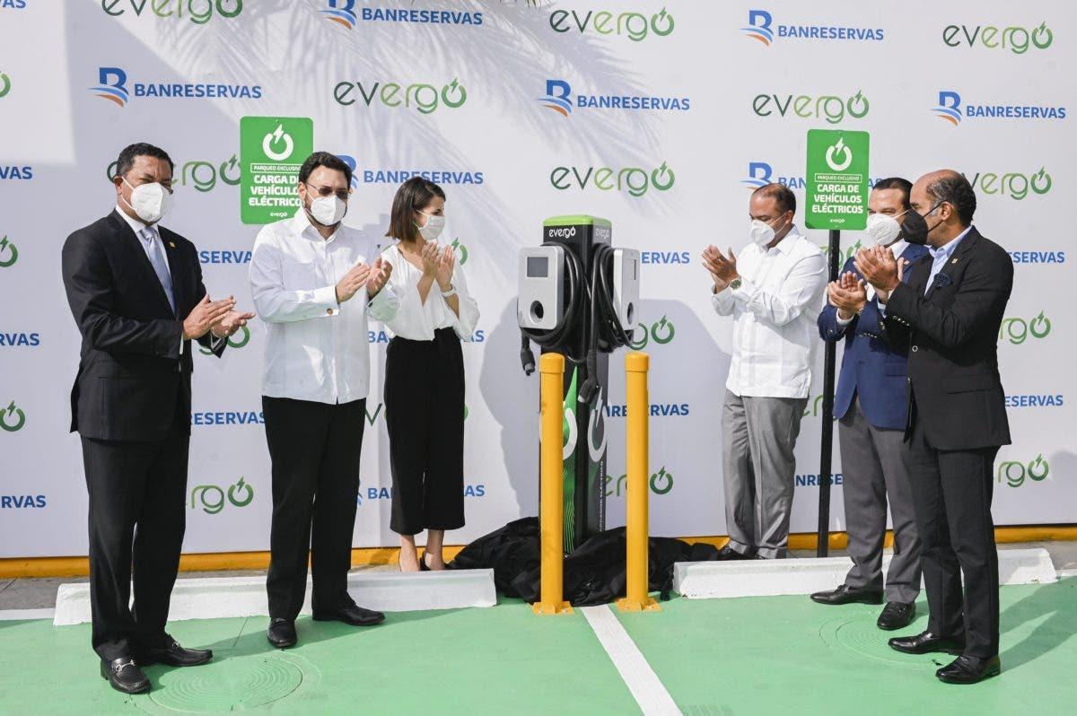 Banreservas instala estaciones de carga Evergo para vehículos eléctricos