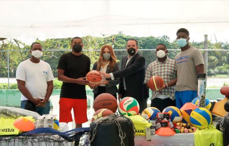 Clubes Santo Domingo Savio y La Ciénaga reciben donación de útiles deportivos