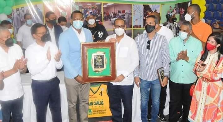 Club San Carlos reconoce al ministro de Obras Públicas