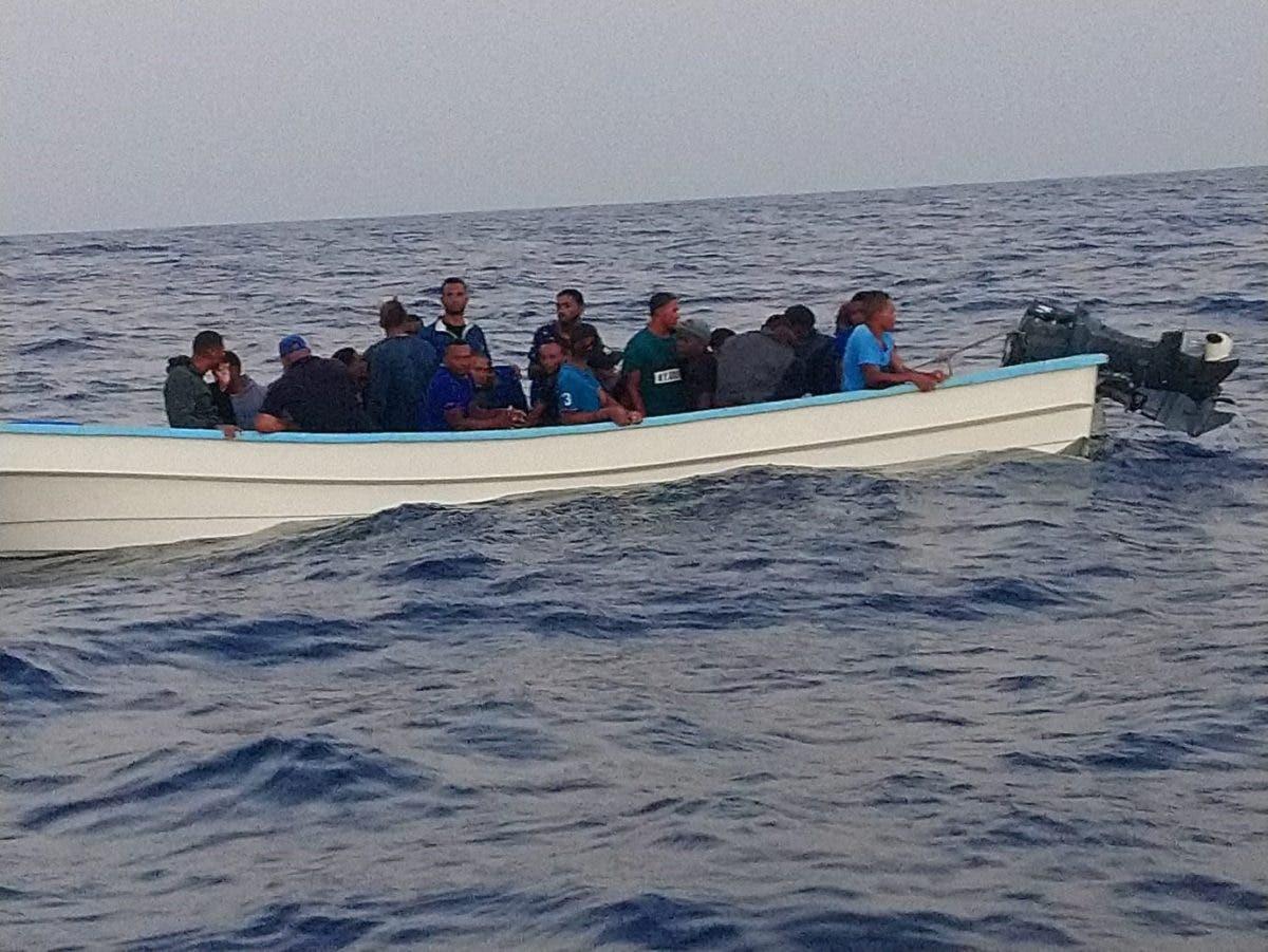 Naufraga embarcación:  Rescatan 23 personas y buscan otros ocupantes