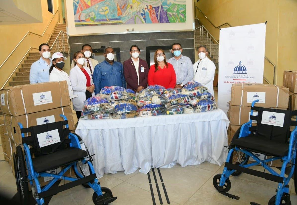 Entregan sillas de ruedas y raciones alimenticias al Hospital Cabral y Báez