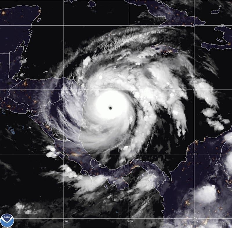 Iota se convierte en un huracán de categoría 5 al llegar a Centroamérica