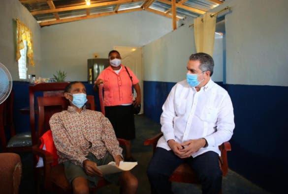 Gobierno entrega casa a obrero cañero no vidente de Yamasá