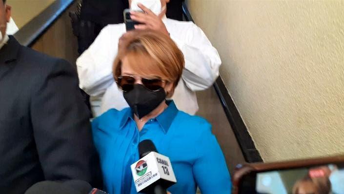 Lucía Medina sale de la Fiscalía sin poder ver a sus hermanos detenidos