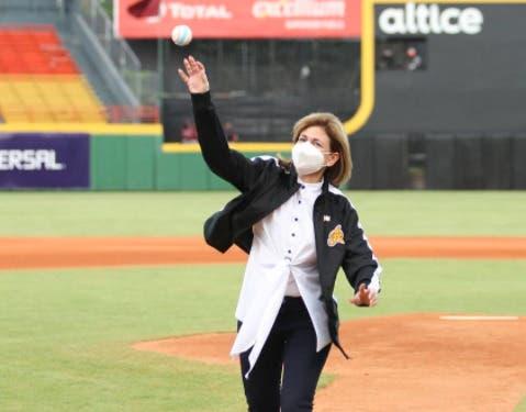 Vicepresidenta lanza primera bola que da inicio a torneo de béisbol invernal