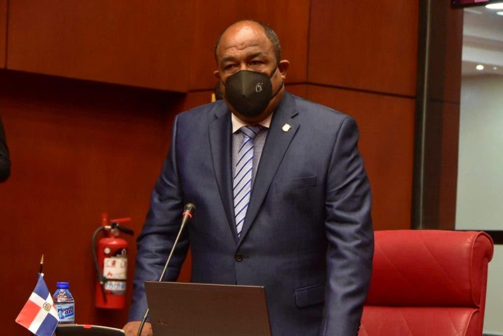 Senador de Montecristi reprocha policías por apresar hombre con tres órdenes de arresto