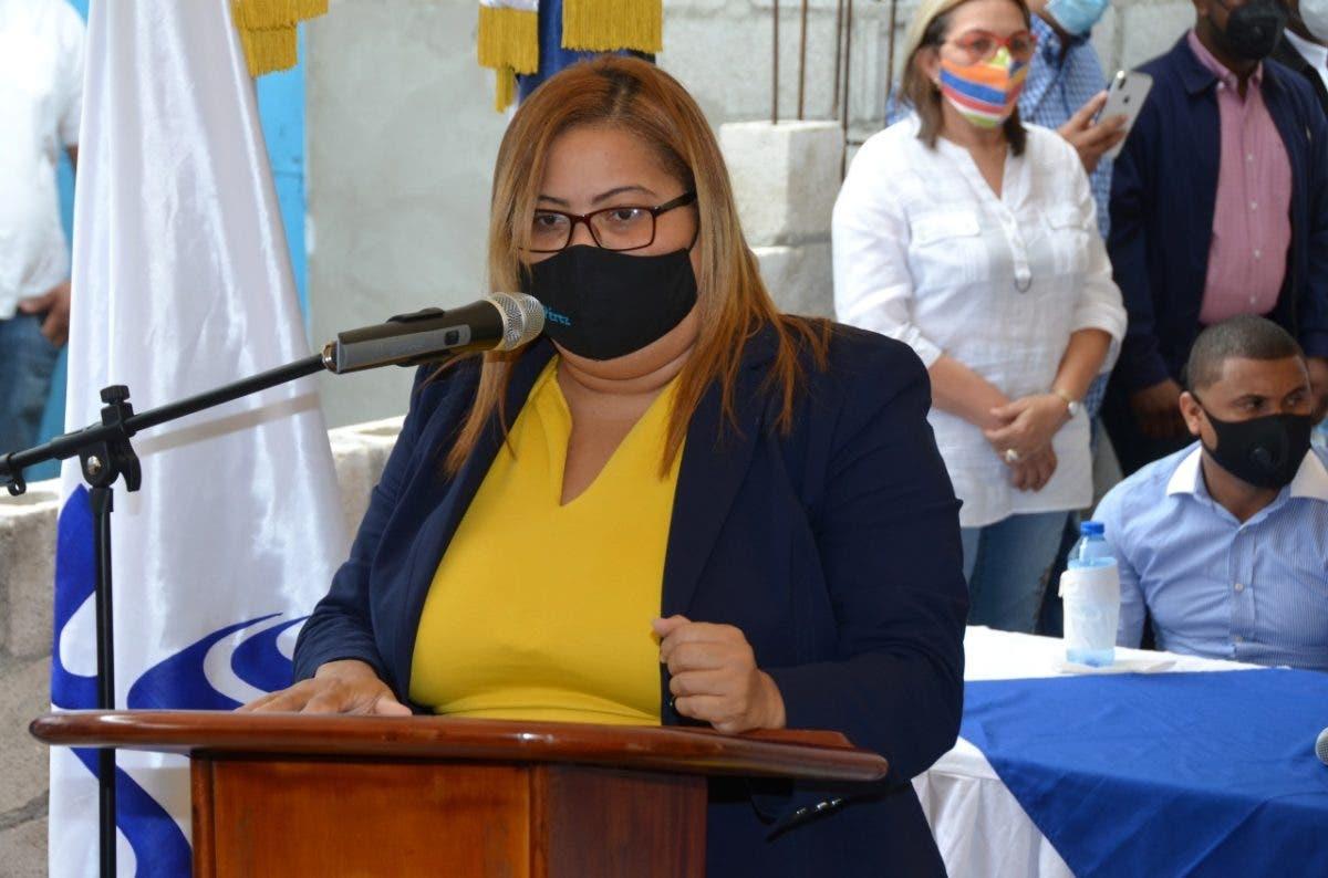 UERS electrifica dos comunidades en Azua tras gestión de la gobernación