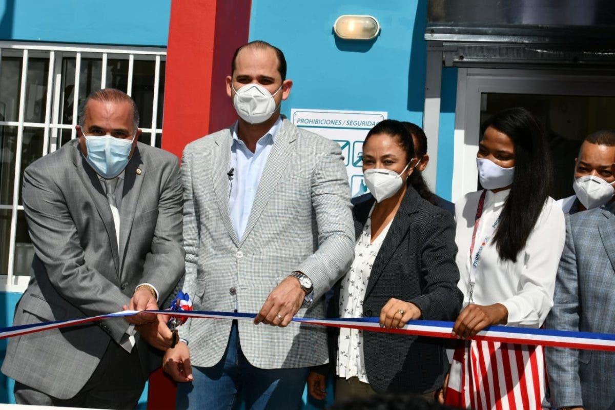 Promese/Cal inaugura dos Farmacia del Pueblo en Nagua