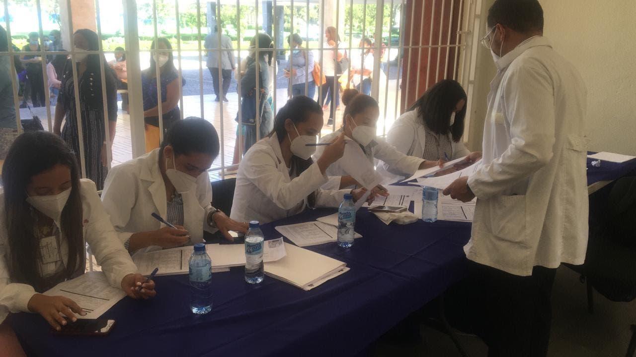 Ministerio de Salud realiza pruebas PCR a estudiantes de bioanálisis de la UASD