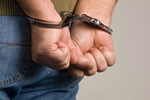 """Apresan agente penitenciario que """"borracho"""" amenazó de muerte a esposa en Montecristi"""
