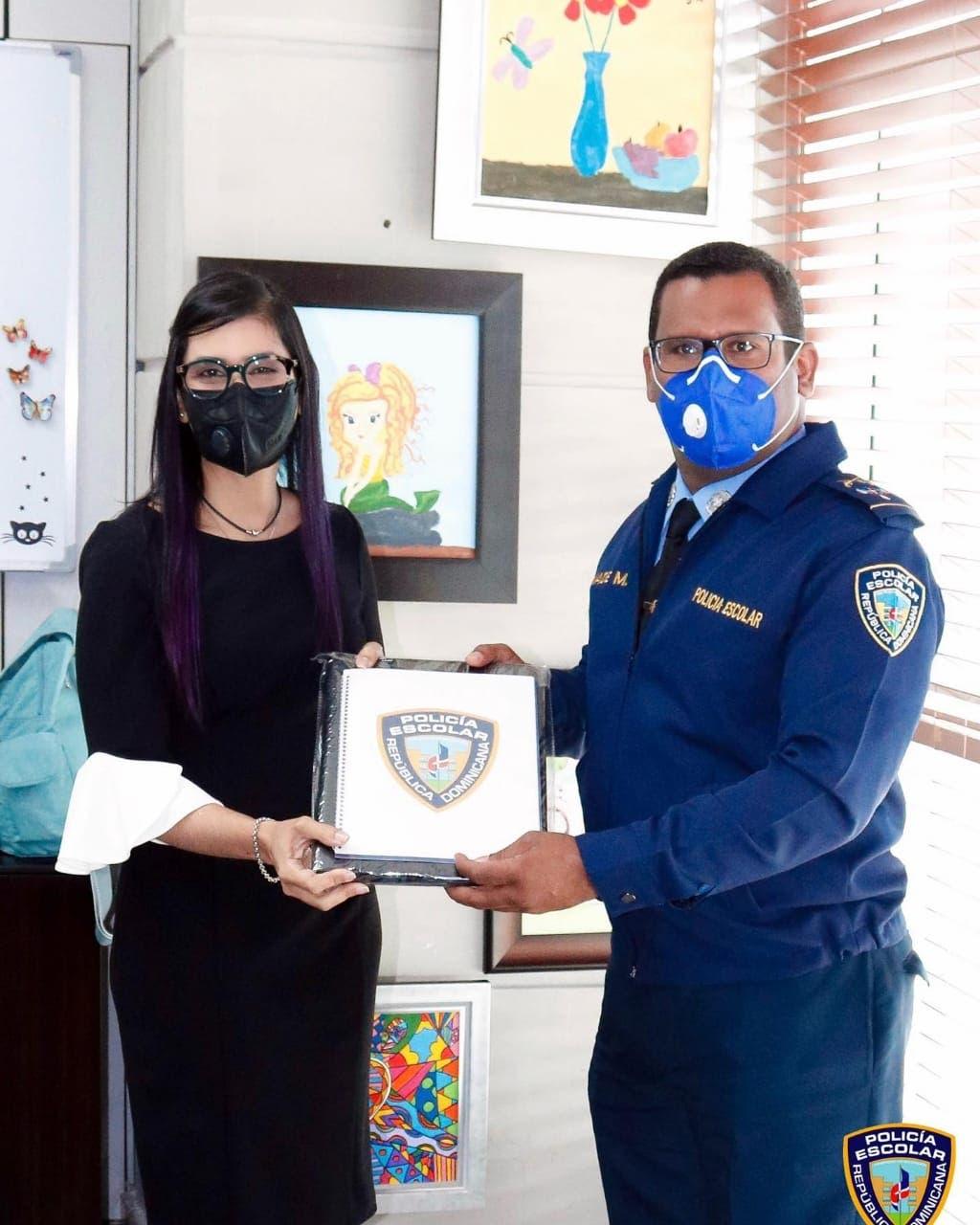 Olga Diná sostiene encuentro con director de la Policía Escolar