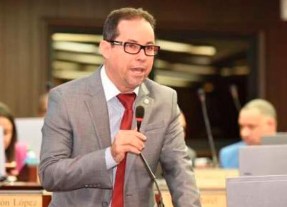 Llueven críticas contra gestión de alcalde Manuel Jiménez; Diputado Amado Díaz le pide abandone el PRM