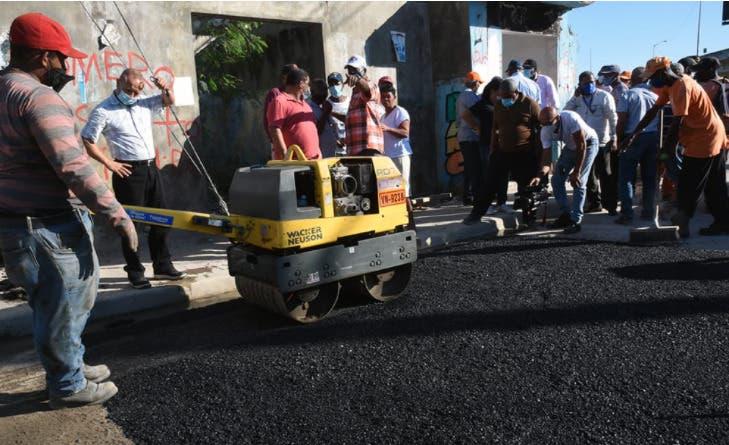 Obras Públicas inicia asfaltado en calles de Boca Chica, La Caleta y Andrés