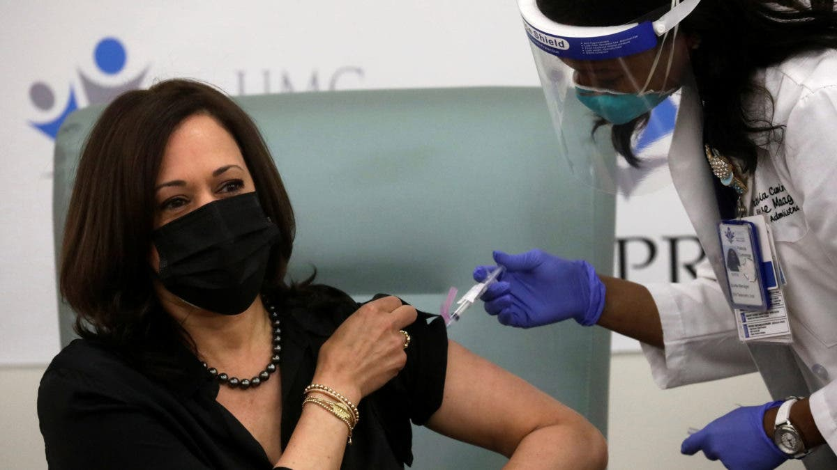 Kamala Harris recibe en público la vacuna y dice que se trata de salvar vidas