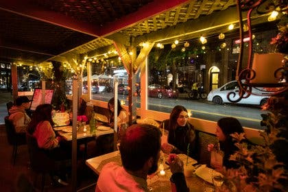 Nueva York prohíbe comer en interior de restaurantes