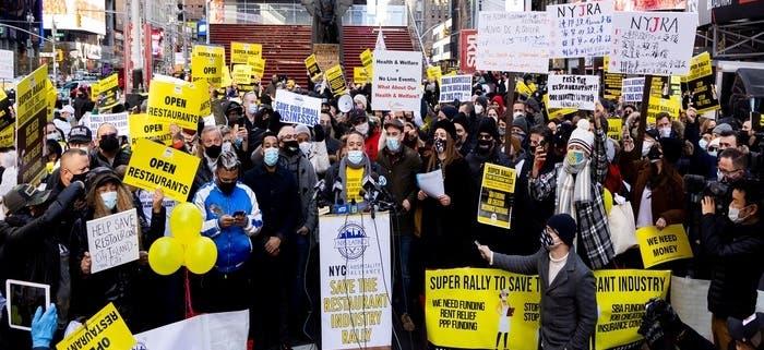 Propietarios y trabajadores restaurantes NYC protestan por cierre