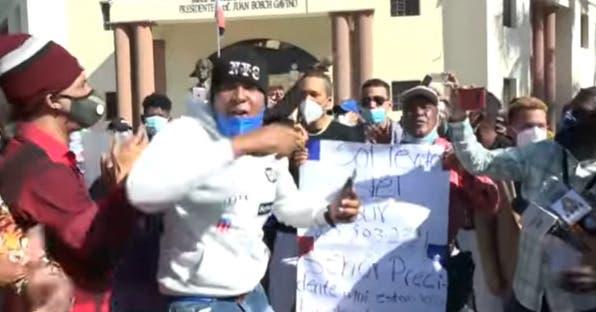 Artistas protestan frente al Palacio por no ser incluidos en programas de ayuda