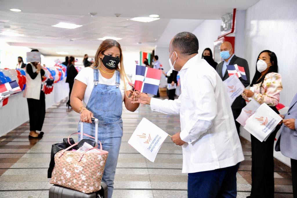 Departamento Aeroportuario recibe a dominicanos a ritmo de merengue típico