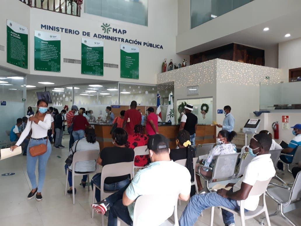 Concurridas oficinas del MAP, tras cancelaciones masivas de Educación