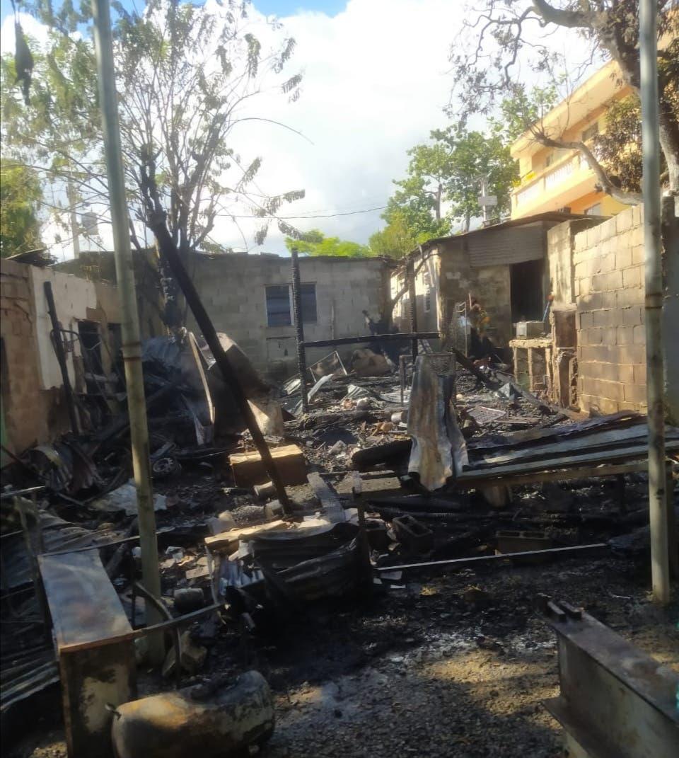 Familia solicita ayuda, luego de perder su casa por incendio