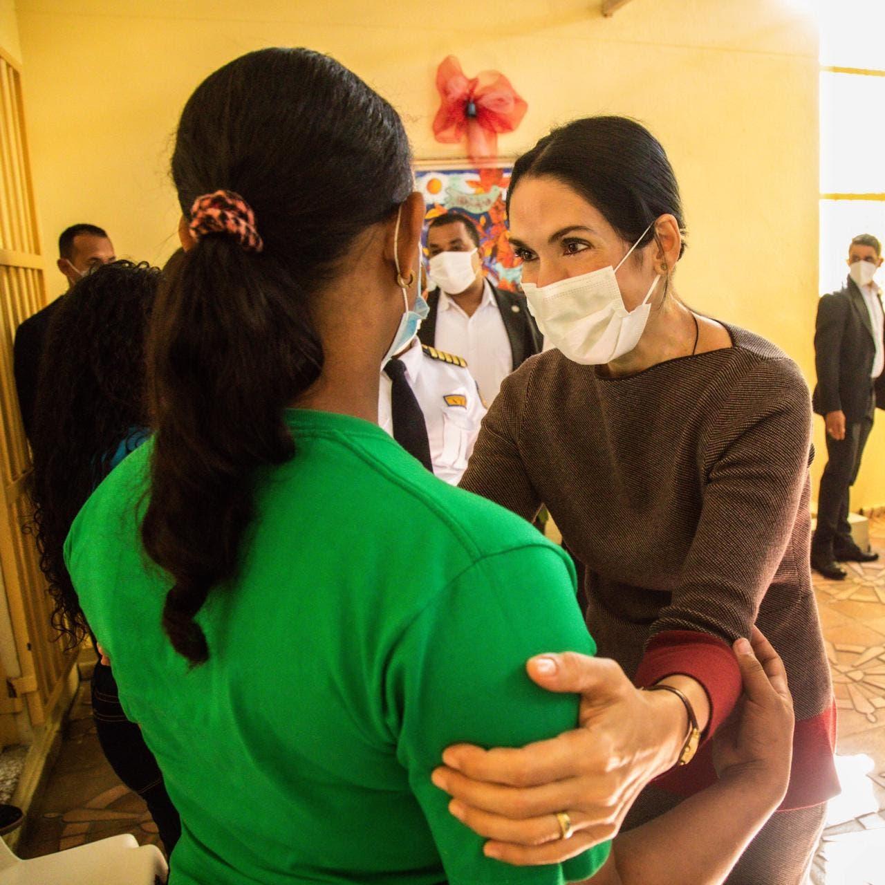 Primera dama visita Najayo Mujeres en víspera de Nochebuena