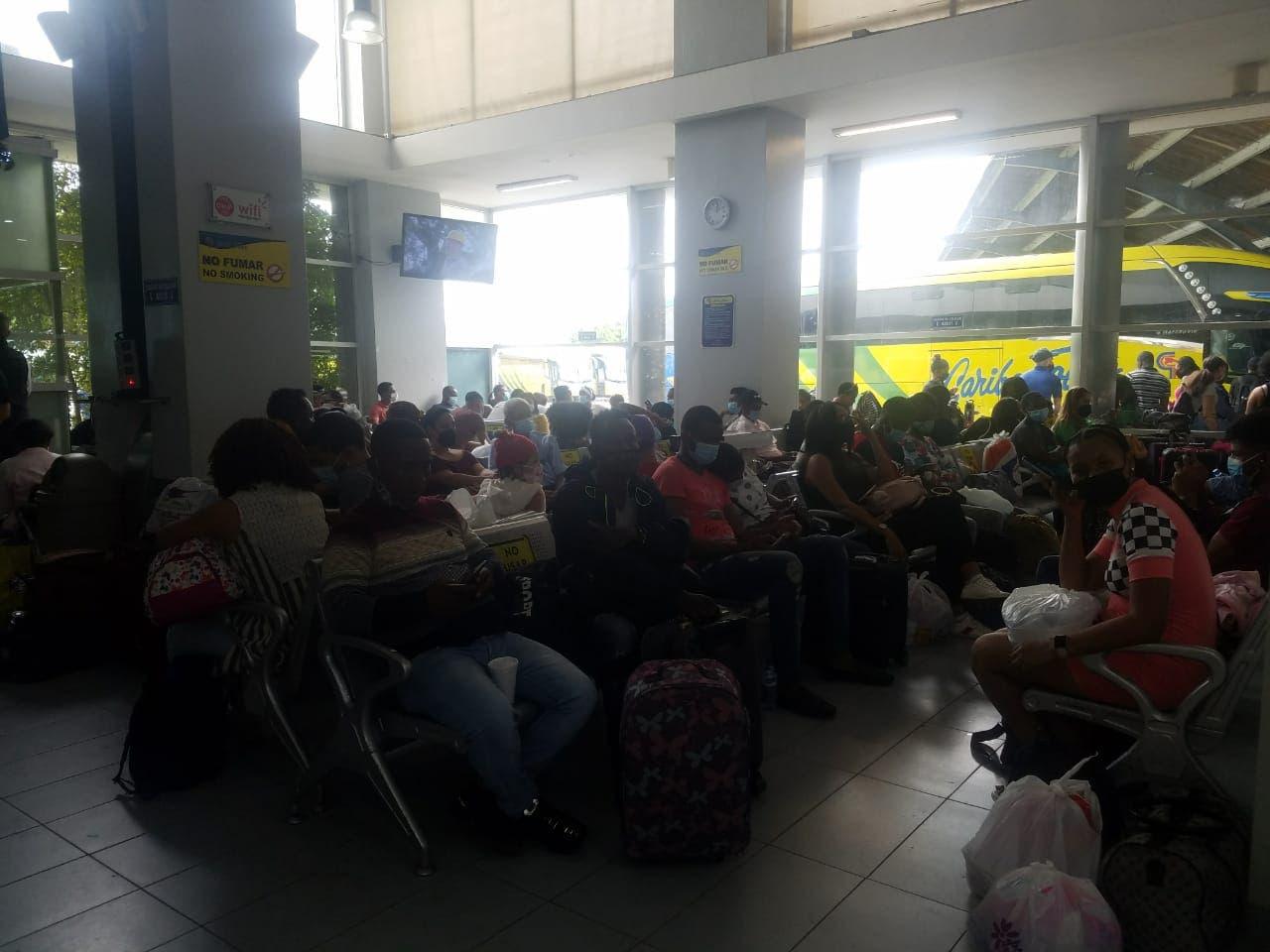 Sin distanciamiento físico, decenas de personas viajan al interior del país