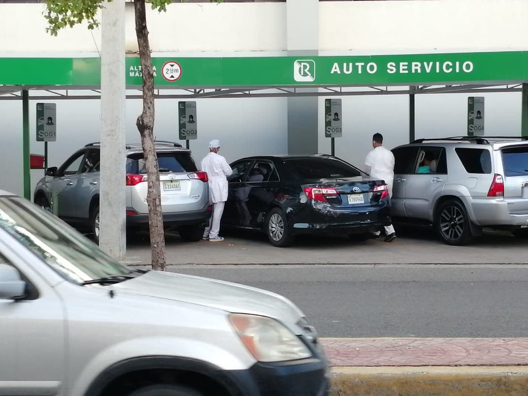 Filas de vehículos ocupan perímetro de la Ortega Gasset por prueba COVID