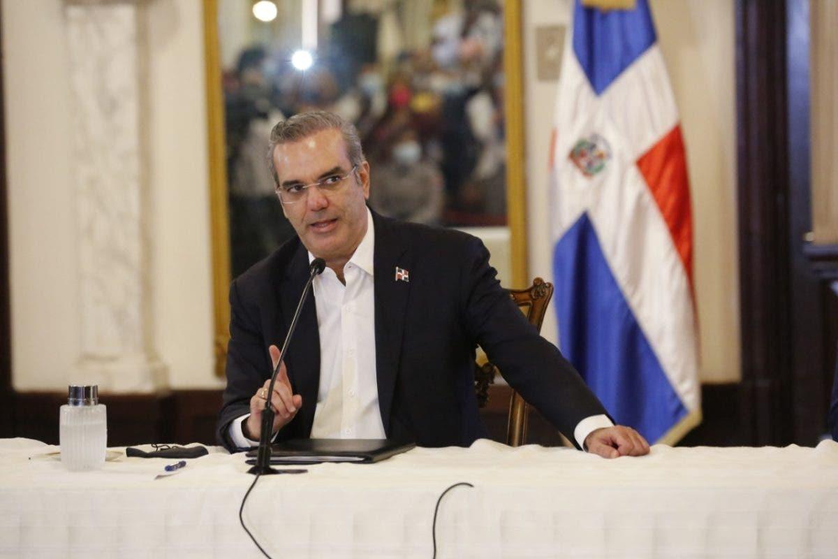 Luis Abinader advierte endurecerán restricciones si población no mantiene orden