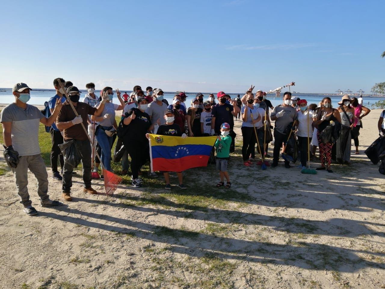 Venezolanos colaboran con limpieza en Boca Chica