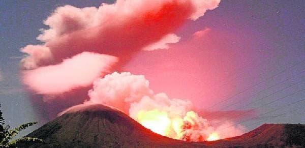 Miles de personas huyen de volcanes activos en Indonesia