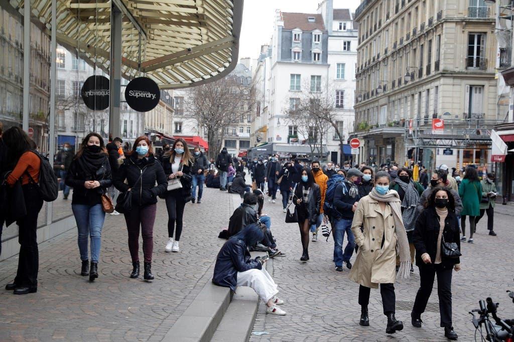 El miedo y las restricciones aumentan en Europa y los contagios se reducen en EEUU
