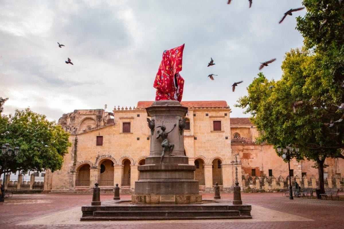 Encubren estatua de Cristóbal Colón y Anacaona en Zona Colonial