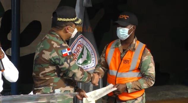 Honor a quien honor merece:  Premian con dinero a soldado  rescató mujer se lanzó al mar Caribe