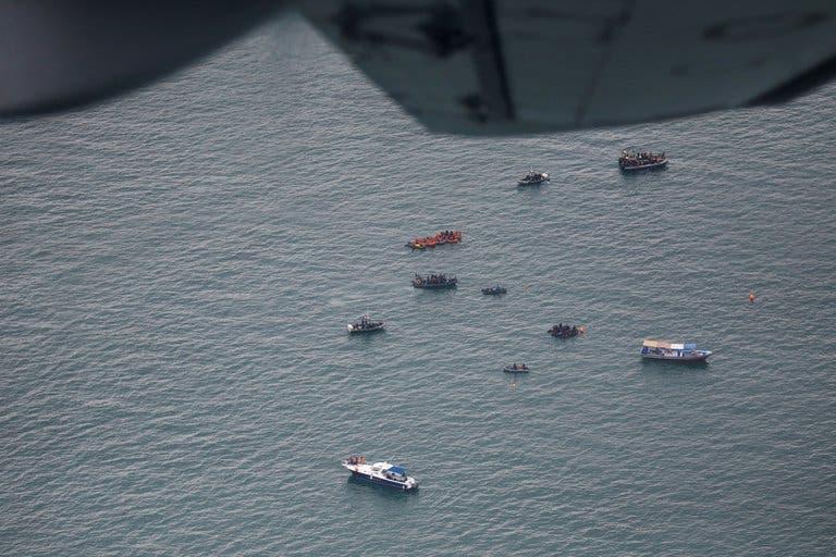 Encuentran restos humanos del avión que se estrelló en el mar de Indonesia