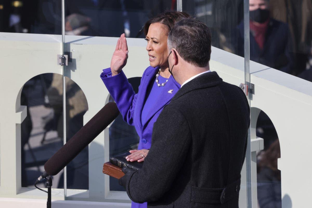 Kamala Harris presta juramento como vicepresidenta, rompiendo barreras raciales y de género