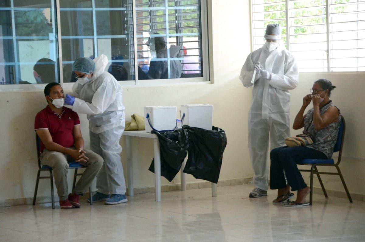 Realizan decenas de pruebas PCR a miembros de la prensa en Santiago