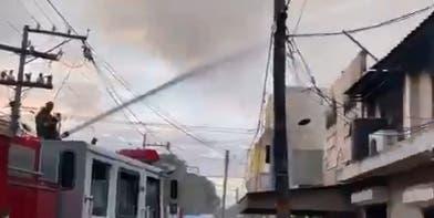 Incendio consume fábrica de papel en Villa Juana