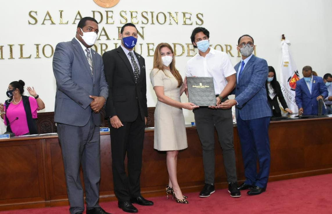 Alcaldía DN reconoce al presidente de la Fundación Raymond Rodríguez por aportes a la juventud