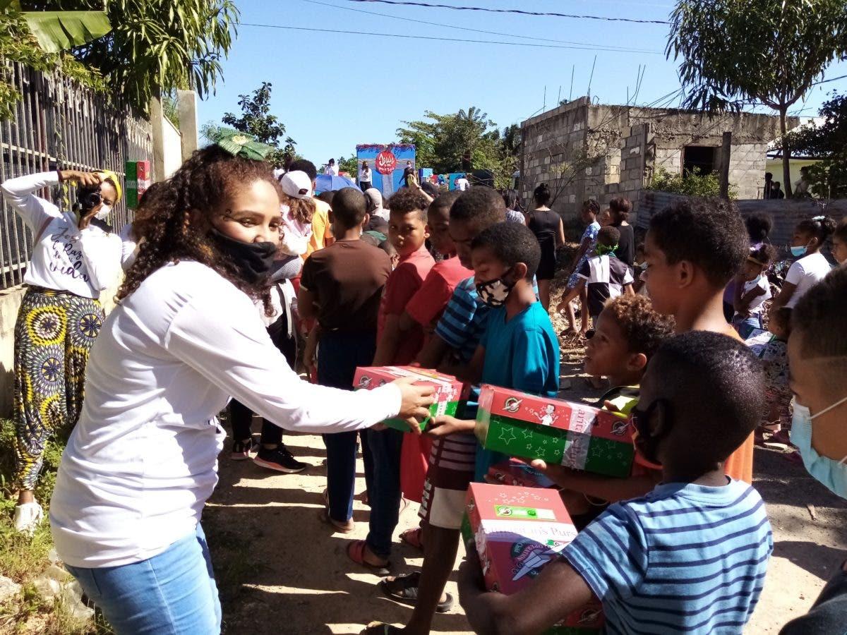Entregan regalos a niños de la comunidad Juan Guzmán
