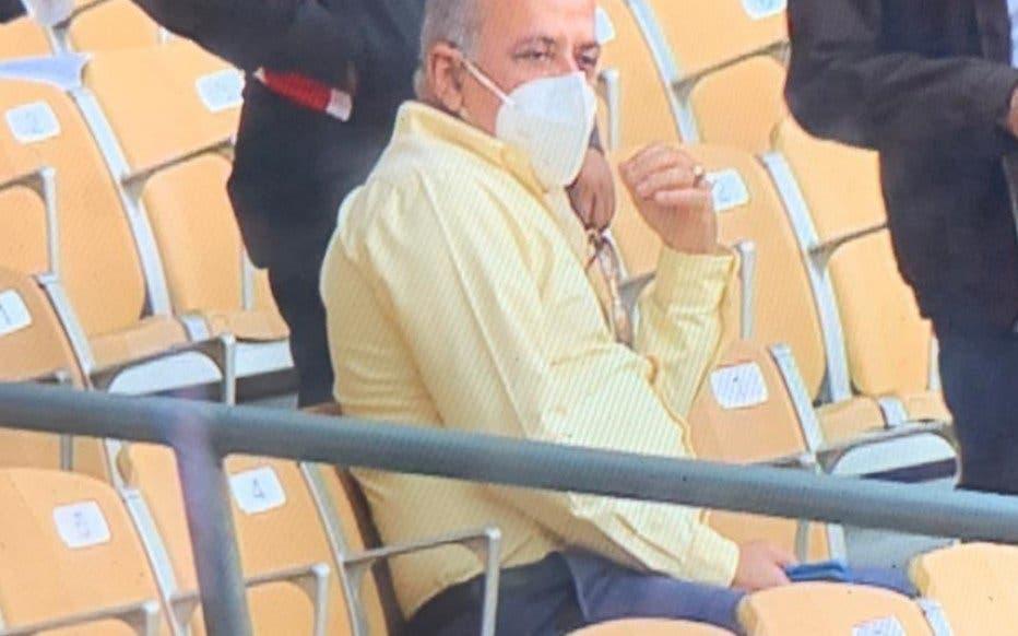 Truenan contra el ministro de Salud por asistir al juego entre Águilas y Gigantes