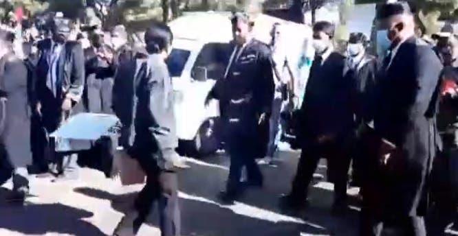 Mujer saca cuchillo en actitud de amenaza durante protesta abogados