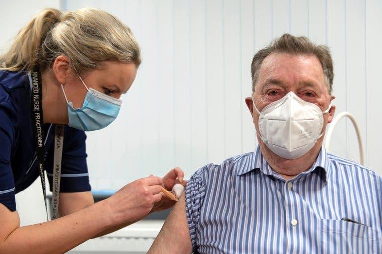 El Reino Unido confía en poder vacunar contra el coronavirus a 13 millones de personas para mediados de febrero