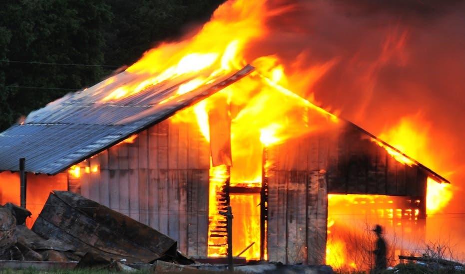 Incendio reduce a cenizas tres viviendas en Montecristi