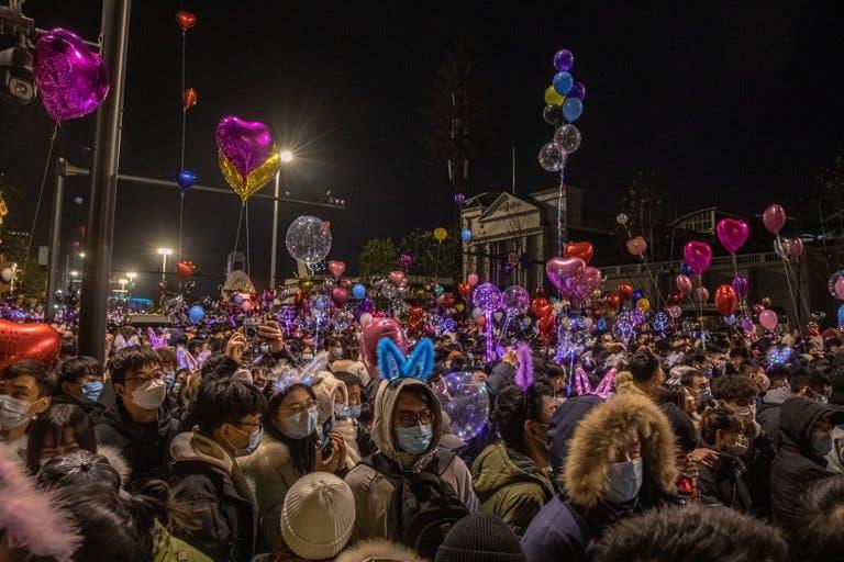 Multitudes en las calles y discotecas abarrotadas: la fiesta de Wuhan tras el año de la pandemia