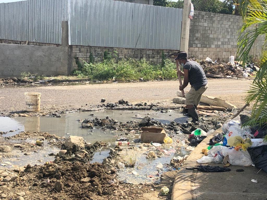 Aguas contaminadas de Zona Franca afectan sector y río en Los Alcarrizos