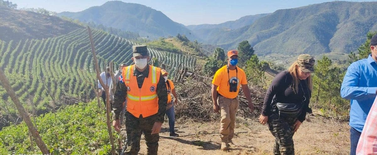 Defensa Civil supervisa zona afectada por incendio forestal en San José de Ocoa
