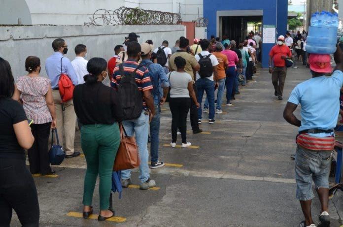 Continúan largas filas en el Metro de Santo Domingo
